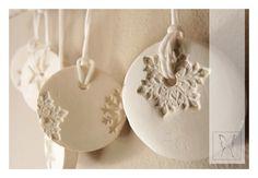 Sich in einer milden Brise wiegend schimmern diese handgefertigten und handbemalten Ornamente in zartem Perlmutt.    Wundervolle moderne Winterdeko fü