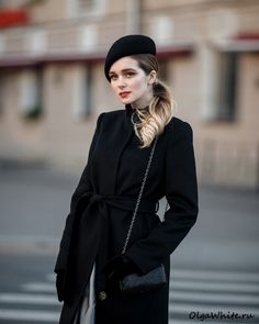The beret is popular a fashion accessory, and wearing a beret is not always an easy. The first step to learning how to wear a beret is understanding exactly how to position it on your head. Pop Fashion, Paris Fashion, Womens Fashion, Fashion Tips, Fashion Black, Fashion Outfits, Teen Fashion, Girl Outfits, Casual Outfits