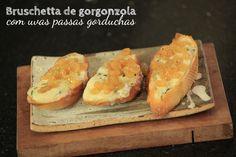Bruschetta de gorgonzola com uvas passas gorduchas