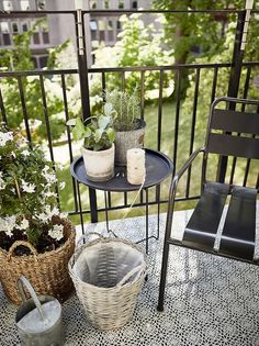 This small balcony is cozy, do not you think? Find here our ideas for d … - All About Balcony Interior Balcony, Apartment Balcony Decorating, Apartment Balconies, Cozy Apartment, Apartments, Balcony Flooring, Balcony Blinds, Tiny Balcony, Balkon Design