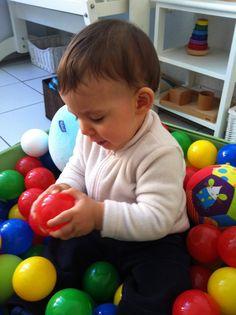 Top 10 des activités à proposer aux bébés âgés de 6 à 12 mois selon Kathleen, spécialiste de la pédagogie Montessori.