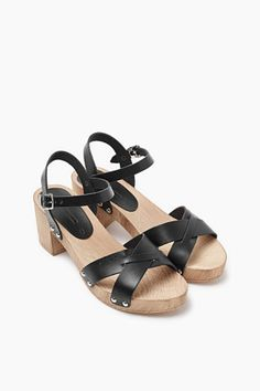 Size information: -Heel height: approx. 7 cm Details: -A shoe classic: modern clog sandals with straps in smooth leather and a wood-effect sole. -Straps around the heel and ankle which fasten with pin buckles make sure the shoe fits securely.
