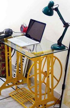 """Um """"pé"""" de uma antiga máquina de costura, ganha um tampo de vidro, uma nova pintura e temos uma linda mesa muito útil :):"""