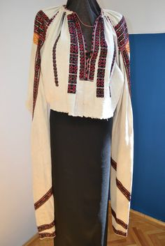 Romanian blouse - ie - Vrancea region. Very long, twisted sleeves. Traditional Outfits, Bell Sleeve Top, Textiles, Costumes, Embroidery, Patterns, Inspiration, Clothes, Tops