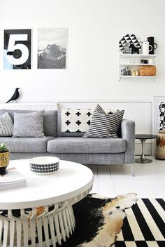 Make a splash in your living room by sticking to the simple hues of black and white! #HomeDecor