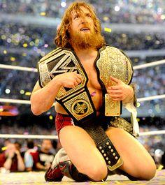WrestleMania XXX : Daniel Bryan remporte le WWE World Heavyweight Championship contre Batista et l'ancien champion Randy Orton lors d'un très agressif Triple Threat Match.
