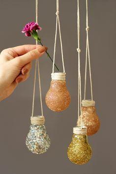 Des ampoules pailletées suspendues pour y disposer de petites fleurs, c'est top !                                                                                                                                                                                 Plus