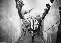 Newcastle United FC full back Frank Hudspeth carries the FA Cup trophy back down the players tunnel after the presentation and celebrations of Newcastle's victory over Aston Villa in the 1924 FA Cup final at Wembley Sunderland Football, Liverpool Captain, Newcastle United Football, Newcastle England, Bobby Moore, Bristol Rovers, Michael Owen, Afc Bournemouth, Fotografia