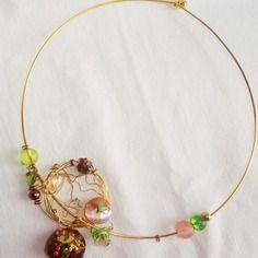 collier dans le pur esprist shabby, charme indéniable, véritable travail de dentelle laiton avec une perle en verre feuille d'or splendide, je le trouve magnifique