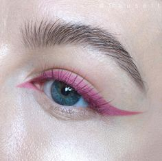Many ways to create natural edgy or even festival makeup looks with colored eyeliner. Look ideas from turquoise to blue pink and green eyeliner. - August 25 2019 at Rosa Eyeliner, Eyeliner Make-up, Eyeliner Styles, Liquid Liner, Color Eyeliner, Eye Liner, Eyeliner Ideas, Makeup Trends, Makeup Looks