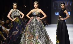 Mallit hetkellä luomuksia suunnittelija Elan toisena päivänä Fashion Pakistanin Week Karachissa.  - AFP