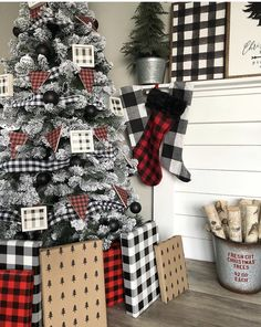 Here are the best Rustic Christmas Decor Ideas. These Farmhouse Christmas decor brings in the traditional vibes in your Christmas Tree to your home decor. Burlap Christmas Tree, Farmhouse Christmas Decor, Christmas Tree Themes, Noel Christmas, Rustic Christmas, White Christmas, Christmas Fireplace, Flocked Christmas Trees Decorated, Diy Fireplace