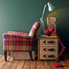 I have already shared my love for plaid/tartan interiors here , but I thought it was time to revisit this timeless classic. Tartan Chair, Tartan Decor, Tartan Fabric, Gingham Decor, Painted Chairs, Painted Furniture, Love Chair, Style Deco, Home Decor Inspiration