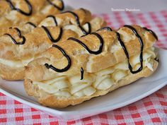 заварні з пудинговим кремом  Ciasto parzone: 1,5 szkl wody 1 łyżeczka cukru 180 g masła 6 jajek 1,5 szkl mąki pszennej   Krem budyniowy: 800 ml mleka 5 łyżek cukru waniliowego 2 budynie waniliowe bez cukru (2x40 g) 300-400 g miękkiego masła   Polewa czekoladowa: 2 łyżki mleka 2 łyżki cukru pudru 2 łyżki masła 2 łyżki kakao Churros, Ethnic Recipes, Churro