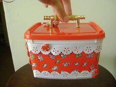 Linda maleta porta treco, feita com caixa de sorvete plástica, encapada com tecido e decorada com fuxicos. A alça também é plástica. OBS: O CONTEÚDO DA CAIXA NAS FOTOS É MERAMENTE ILUSTRATIVO, NÃO ACOMPANHAM O PRODUTO. R$ 15,00 Recycled Crafts, Diy And Crafts, Ice Cream Containers, Repurposed, Gelato, Upcycle, Recycling, Decorative Boxes, Lunch Box