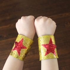 A great DIY idea for little WONDER WOMAN.maybe Big Wonder Woman: magic glitter bracelets made from cardboard paper rolls. Toilet Roll Craft, Toilet Paper Roll Crafts, Paper Crafts, Diy Crafts, Anniversaire Wonder Woman, Diy For Kids, Crafts For Kids, Super Heroine, Wonder Woman Party