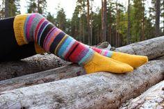 Inpsiroidu lankakerän jämistä, syksyisen luonnon sävyistä sekä muista neuleblogeista, kuten Arki Vainiolla -blogissa. Lankana Novita 7 Veljestä.