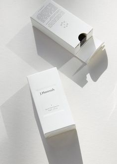 bright and minimalist packaging design for a cosmetic brand. Packaging Box Design, Print Packaging, Box Packaging, Branding Design, Product Packaging, Package Design, Candle Packaging, Skincare Packaging, Cosmetic Packaging