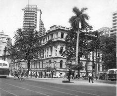 Fila para ônibus junto à Escola Caetano de Campos, na Praça da República na década de 1950.  / Arquivo/Estadão