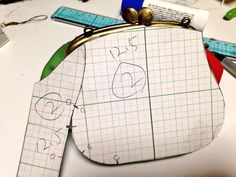 Coin Purse Pattern, Coin Purse Tutorial, Fabric Purses, Fabric Bags, Wooden Bag, Tutorial Diy, How To Make Purses, Frame Purse, Bag Patterns To Sew