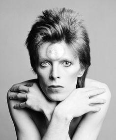 Por décadas – e em várias cidades, incluindo Nova York, Londres e Kioto –, Masayoshi Sukita capturou as várias transformações de Bowie, do Ziggy ao seu retrato em 2009 em Nova York.