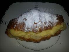 Croissant met bakkersroom. Heel makkelijk zelf te maken. Overheen nog wat poedersuiker. Lekker bij een bak koffie en thee en lang niet zo droog als een puddingbroodje