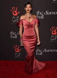 Acostuma a roubar a cena no tapete vermelho, Rihanna brilhou na primeira edição de seu baile beneficente, o The Diamond Ball, que promove projetos educacionais e artísticos no mundo. No evento, a cantora surgiu com look assinado por Zac Posen e colar poderoso da Chopard Foto: Jason Merritt / AFP