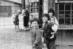 終戦直後の子供たち。場所不明だが「船山停留所」の看板が見える。