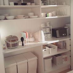 フォロワーさんからの要望で今朝の#バックセットの中です。ちらほらカラフルなものもありますがこちらは向かって左側。 #ゴミ箱、炊飯器、フードプロセッサー、ティファールにケトル、トースター、お茶やコーヒーなどの飲み物や食器などが入ってます。 過去picにも載ってるものがあります⤴ #収納#インテリア#食器#monotone#ホワイトインテリア#注文住宅#新築#マイホーム