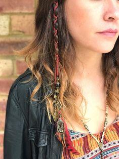 Perlen Feather Hair Braiders - New Sites Bohemian Hairstyles, Feathered Hairstyles, Braided Hairstyles, Hair Threading, Hair Braider, Festival Hair, Hair Beads, Hair With Beads, Grunge Hair
