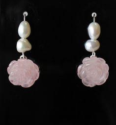 Brincos delicados, em prata 925, tipo anzol, adornado com pérolas brancas cultivadas em água doce e pedras naturais de quartzo rosa esculpidas em formato flor. Comprimento:3,5cm R$70,00