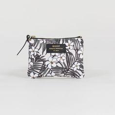 Mini pochette Monoï - Woouf - Monoï, Flamingo ou Jungle… Un parfum d'exotisme vient habiller la collection de pochettes et de trousses designées par Woouf ! Véritables accessoires de style, ils multiplient les motifs en all-over pour un effet visuel résolument tendance qui vous accompagne partout.