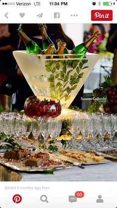 A simple and lovely way to serve champagne at the reception. Drink Bar, Food And Drink, Snacks Für Party, Party Drinks, Cocktails, Kindergarten Party, Deco Buffet, Festa Party, In Vino Veritas