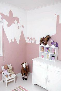Ekaluokkalaisen pikkuprinsessan kammarissa on hieno seinämaalaus.