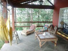 Móveis rústicos , a mesa de centro e as espreguiçadeiras são feitas de palete e de caixote de madeira usados . Tudo inspirado aqui , que decoram a Pousada do Lago de Ipiabas ! Feitos por um artesão local , chamado Fernando !