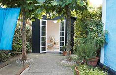 Trädgårdshuset är 10 kvadratmeter och fungerar både som lusthus och orangeri. Vid ingången har det planterats två plataner, som ger ett välkomnande intryck.