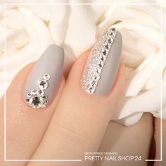 """#nails #trend #grey #nailart Viele Dinge im Leben befinden sich in einer Grauzone und wie wunderschön diese sein kann, beweist unser aktueller Trend """"Mattgrau"""". Die auffallend edle Komposition der gedeckten Farbe mit elegantem Matteffekt sorgt für moderne und anmutige Nailart. Wie auch Ihr diesen Look auf die Nägel bekommt, zeigen wir Euch hier…"""