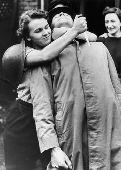 UNITED KINGDOM : A female member of the British Home Guard, a civil defence force, learns how to tackle a potential attacker during the Second World War. (Photo by SSPL/Getty Images)
