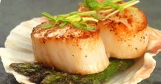 14 Succulent Scallop Recipes - Looking for an easy and delicious date night meal? Scallops are your answer! Check out these 14 suc - Grilled Scallops, Pan Seared Scallops, Baked Scallops, Cooking Scallops, Ww Recipes, Fish Recipes, Seafood Recipes, Cooking Recipes, Gastronomia