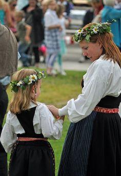 Kvinna och flicka i folkdräkter från Järvsö socken, Hälsingland.