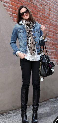 Pantalón denim negro, camisa blanca, chalina animal print y camperita de jean.