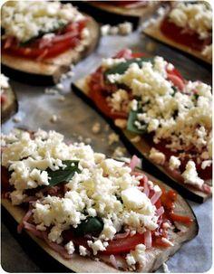 Une chouette idée trouvée que le blog Mirliton! &Pizza& d'aubergine aubergines tomates fraîches coulis de tomate lanières de jambon basilic frais, origan séché mozzarella Préchauffez le four à 200°C. Découpez des tranches d'aubergine dans la longueur,...