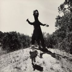 In the late and early American photographer Arthur Tress asked children to describe their worst nightmares, immortalizing them in staged photographs Old Photos, Vintage Photos, Arthur Tress, Scary Photos, Creepy Pictures, Arte Horror, Dark Art, Art Blog, Street Photography