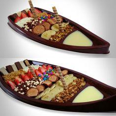 """Para fechar o """"Novembrão do Açaí"""" aqui na Fruttello, trazemos para vocês todo o charme da imperdível Barca de Açaí!!! Vem já pra cá!!! #NovembroDoAçai #barca #açai #morango #banana #confeitos #chocoball #leiteempo #paçoca #bis #granola #bombom #leitecondensado #verao #sorbet #sorvete #gelato #icecream #delicious #amodemais #sorveteria #fruttello #solarettosorvetes #sempremaisporvoce"""