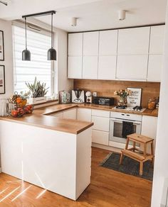 Hello Loving the synergy of clean white and warm wood in this beautiful kitchen of Wishing you. Kitchen Room Design, Modern Kitchen Design, Home Decor Kitchen, Interior Design Kitchen, Home Kitchens, White Wood Kitchens, Budget Home Decorating, Home Improvement Loans, Cuisines Design