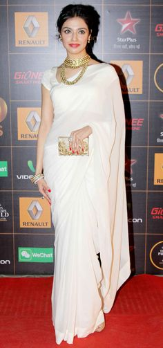 Divya Khosla in an off-white sari and golden accessories at the Star Guild Awards 2014.