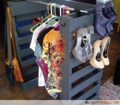 Dressing & DIY shoe rack with pallet! 12 ideas to see . Here's to you today 12 ideas to build a small dressing or a shoe rack by recycling pallets! Get inspired by these 20 photos . Pallet Crates, Old Pallets, Recycled Pallets, Wooden Pallets, Pallet Wood, Pallet Ideas, Pallet Projects, Ideas Palets, Pallet Closet