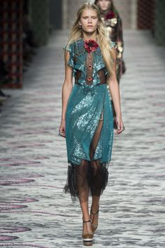 Gucci Spring 2016 Ready-to-Wear Fashion Show - Barbara Egholm...This has to be inspired by Elsa!