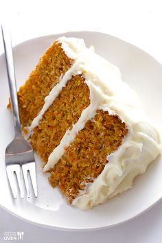 Friends agree that this really is the BEST carrot cake recipe! Its moist, perfectly-spiced, made with fresh carrots and a heavenly cream cheese frosting. Cream cheese frosting for carrot cake Köstliche Desserts, Delicious Desserts, Dessert Recipes, Yummy Food, Frosting Recipes, Icing Recipe, Classic Carrot Cake Recipe, Best Carrot Cake, Carrot Cakes