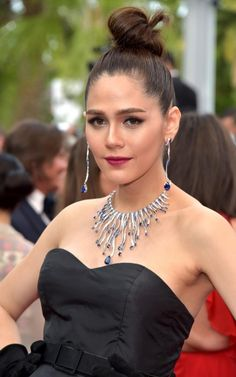 Araya Hargate wearing a diamond and sapphire High Jewellery necklace and matching earrings by Chopard at the premiere of Loveless in Cannes Tassel Jewelry, High Jewelry, Jewellery, Sleek Updo, Celebrity Jewelry, Vogue, Cannes Film Festival, Girls Best Friend, Jewelry Collection